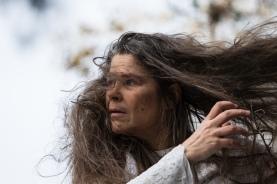 """""""Suonainen lompsii pitkin metsää, ei kulje polkuja pitkin. Hiukset takertuvat oksiin ja pensaisiin, näyttää siltä kuin nainen vetäisi suota perässään."""" Suonaisena Ulla Tarvainen. Kuva Leena Laurikainen-Nuorteva."""