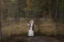 """""""Korppi lentää suon poikki, huutaa krook krook, suonainen vastaa krook krook."""" Suonaisena Marjatta Kemppainen. Kuva Pauliina Tuomikoski."""